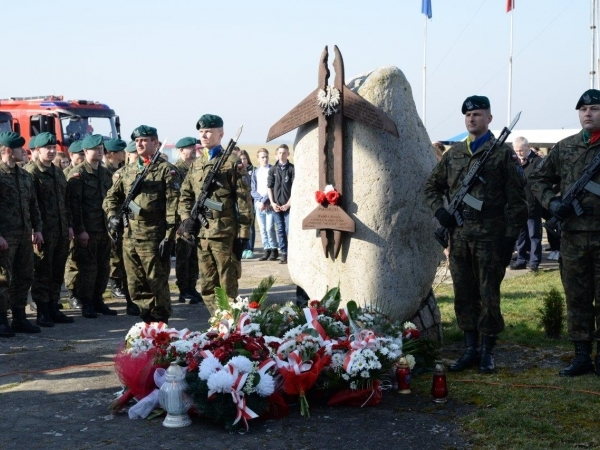 Obelisk z wojskową asystą honorową